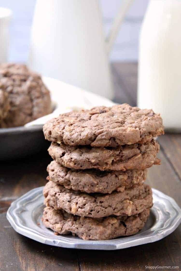 Chocolate Banana Oatmeal Cookies - simple oatmeal cookie recipe with chocolate, banana, and toffee chips